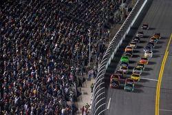 Restart: Carl Edwards, Roush Fenway Racing Ford et Tony Stewart, Stewart-Haas Racing Chevrolet mènen