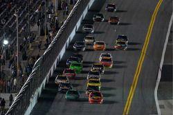 Jamie McMurray, Earnhardt Ganassi Racing Chevrolet et Carl Edwards, Roush Fenway Racing Ford en bagarre pour la tête