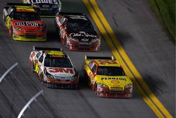 Kevin Harvick, Richard Childress Racing Chevrolet and Greg Biffle, Roush Fenway Racing Ford battle f
