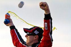 Victory lane: race winnaar Kyle Busch