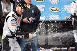 Victory lane: race winnaar Jimmie Johnson, Hendrick Motorsports Chevrolet