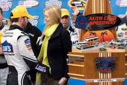 Victory lane: race winnaar Jimmie Johnson, Hendrick Motorsports Chevrolet viert met vrouw Chandra