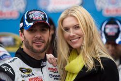 Victory lane: race winnaar Jimmie Johnson, Hendrick Motorsports Chevrolet viert met vrouw Chandra