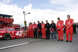 Les membres du Earnhardt Ganassi Racing Chevrolet durant l'hymne américain