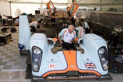Le directeur technique d'Aston Martin Racing George Howard Chappell inspecte la Aston Martin Racing Lola B09 60 Aston Martin gravement endommagée après l'accident de Harold Primat
