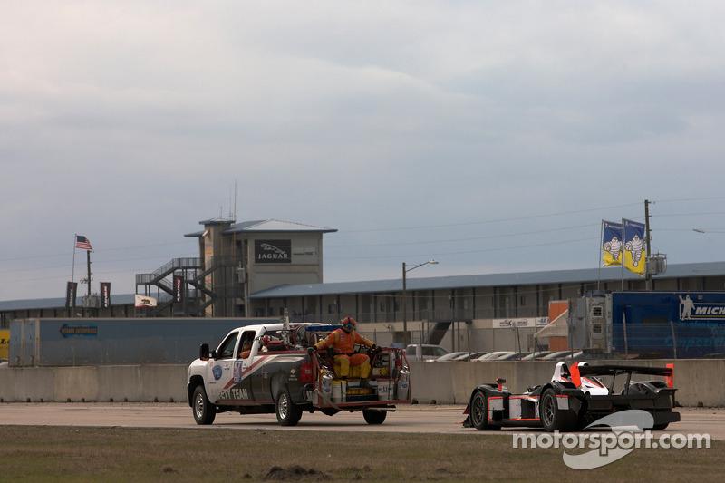 #37 Intersport Racing Lola B06/10 AER: Jon Field, Clint Field, Nikolas Konstant accidenté