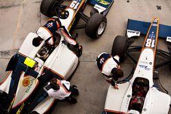 Адриан Цаугг и Пламен Крален в гараже с командой
