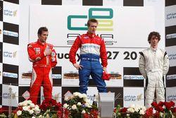 Davide Valsecchi célèbre sa victoire et le titre en GP2 Asia sur le podium avec Luca Filippe et Javier Villa