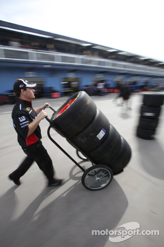 Un membre d'équipage de Penske Racing Dodge en plein travail