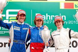 Charles Pic célèbre la victoire sur le podium avec Giacomo Ricci et Javier Villa