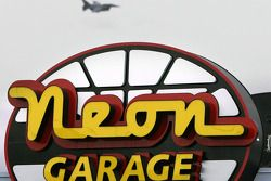 Vol au dessus du garage Neon