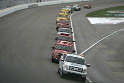 Des camions assèchent la piste