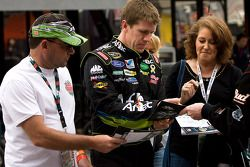 Carl Edwards, Roush Fenway Racing Ford firma autógrafos