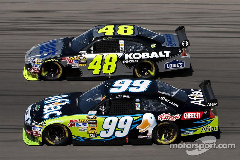 Carl Edwards, Roush Fenway Racing Ford en Jimmie Johnson, Hendrick Motorsports Chevrolet