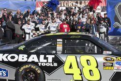 Victory lane: race winnaar Jimmie Johnson, Hendrick Motorsports Chevrolet met team