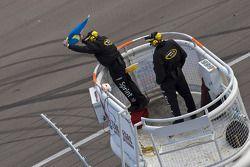 Les officiels du NASCAR agitent un drapeau