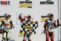 Podium: race winnaar Jake Zemke, 2de Tommy Hayden, 3de Larry Pegram