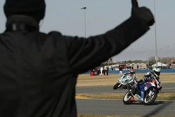 Een marshall feliciteert de rijders