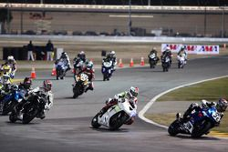 Santiago Villa mène un groupe de motos