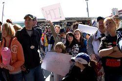 Fans wachten om Carl Edwards te zijn
