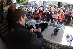 Carl Edwards, Roush Fenway Racing Ford firma autógrafos