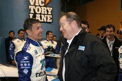 Race winnaar Scott Pruett viert met Chip Ganassi