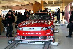 La voiture de Kasey Kahne, Richard Petty Motorsports Ford à l'inspection
