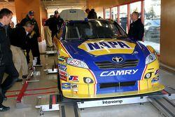 La voiture de Martin Truex Jr., Michael Waltrip Racing Toyota à l'inspection