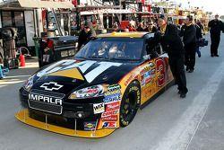 La voiture de Jeff Burton, Richard Childress Racing Chevrolet poussée à son garage