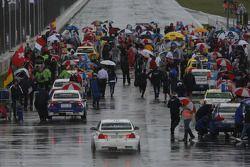 Augusto Farfus, BMW Team RBM, BMW 320si en direction de la grille
