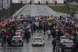 Andy Priaulx, BMW Team RBM, BMW 320si en direction de la grille
