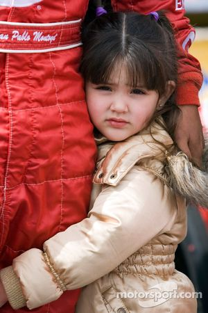 Paulina, fille de Juan Pablo Montoya, s'accroche à sa jambe