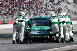 Carl Edwards, Roush Fenway Racing Ford poussé dans son garage après un accident dans les premiers to