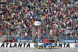 Kurt Busch, Penske Racing Dodge passe sous le drapeau à damiers