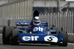 Sir Jackie Stewart, 1969, 1971, 1973 F1 campeón del mundo conduce el 1973 Ford Tyrrell 006