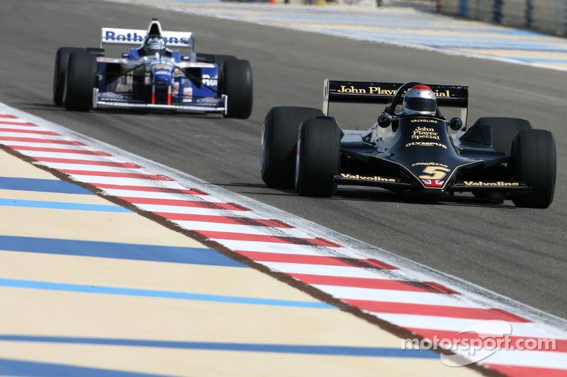 Mario Andretti, campeón del mundo de F1 1978 conduce el Lotus 79 de 1978 y Damon Hill, campeón del