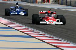 1976 McLaren M23 y Sir Jackie Stewart, 1969, 1971, 1973 F1 campeón del mundo conduce el 1973 Ford Ty
