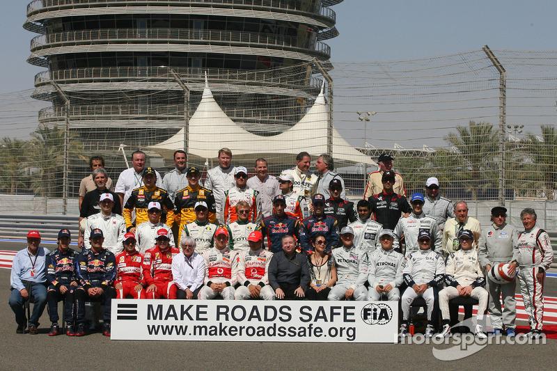 Foto de grupo de pilotos 2010 con todos los ex campeones del mundo