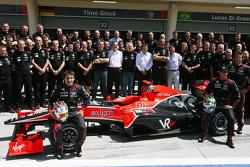 Timo Glock, Virgin Racing con el equipo y Lucas di Grassi, Virgin Racing