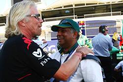 Sir Richard Branson, Presidente del Grupo Virgin con el jefe de equipo de Tony Fernandes, Lotus F1 T