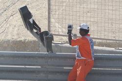 Un marshall quita el ala delantera de Karun Chandhok, Hispania Racing F1 Team de la pista