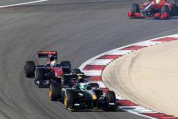 Heikki Kovalainen, Lotus F1 Team lleva Sebastien Buemi, Scuderia Toro Rosso