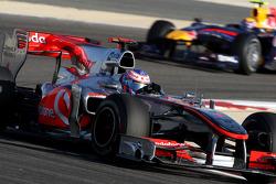 Jenson Button, McLaren Mercedes lidera a Mark Webber, Red Bull Racing