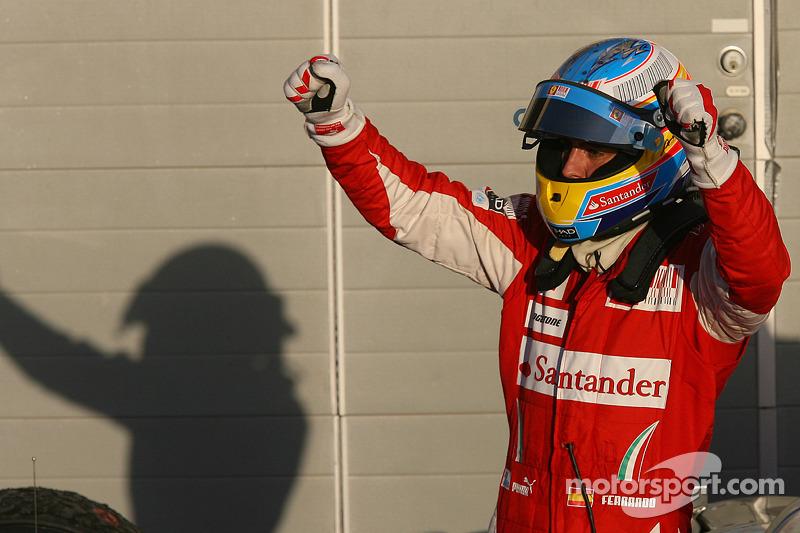 Yarış galibi Fernando Alonso, Scuderia Ferrari kutlama yapıyor