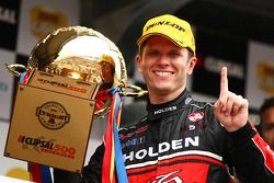 Garth Tander wint race 2 en takes out the Clipsal 500 voor Toll Holden Racing Team