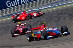 Davide Valsecchi delante de Alexander Rossi