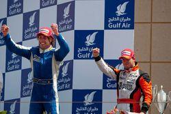 Giacomo Ricci fête sa victoire sur le podium avec Sam Bird