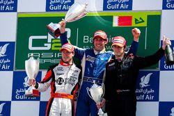 Giacomo Ricci cfête sa victoire sur le podium avec Sam Bird et Alvaro Parente