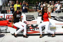 Charmante demoiselle avec l'IndyCar 2 places