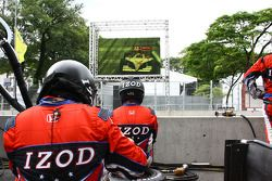 Les mécaniciens du Andretti Autosport regarde la course